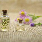 Pourquoi et comment utiliser des huiles essentielles pour calmer l'anxiété ou l'hyperactivité de votre enfant (+ 3 recettes à tester)