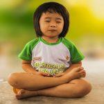 Comment pratiquer la pleine conscience avec votre enfant, selon la méthode Montessori